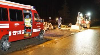 FEUERWEHR verhinderte Schaden für die Umwelt, Umweltalarm - Hydraulikflüssigkeit ausgetreten